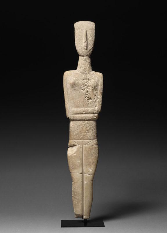 Figurine taillée dans une plaque mince au nez en relief et aux bras et aux jambes marquées