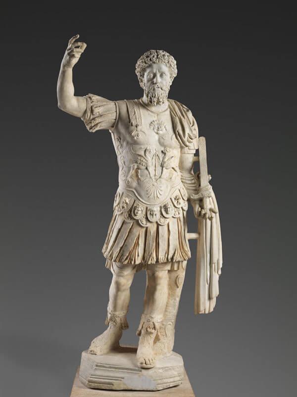 Empereur vêtu d'une armure et s'adressant à la foule le bras levé