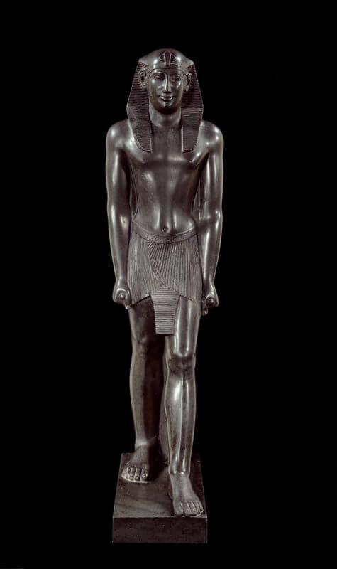 Statue d'homme debout en attitude de marche