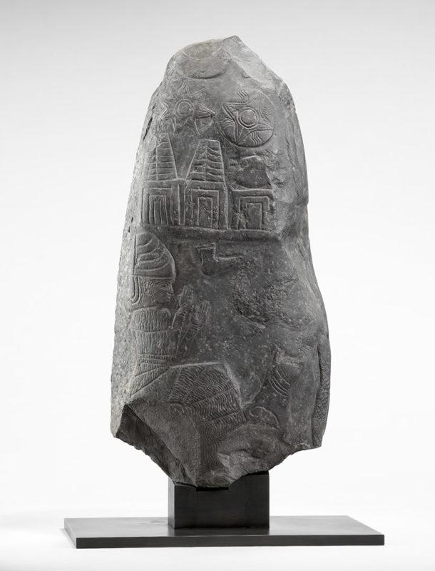 Fragment de pierre de couleur grise sculpté de bas-reliefs