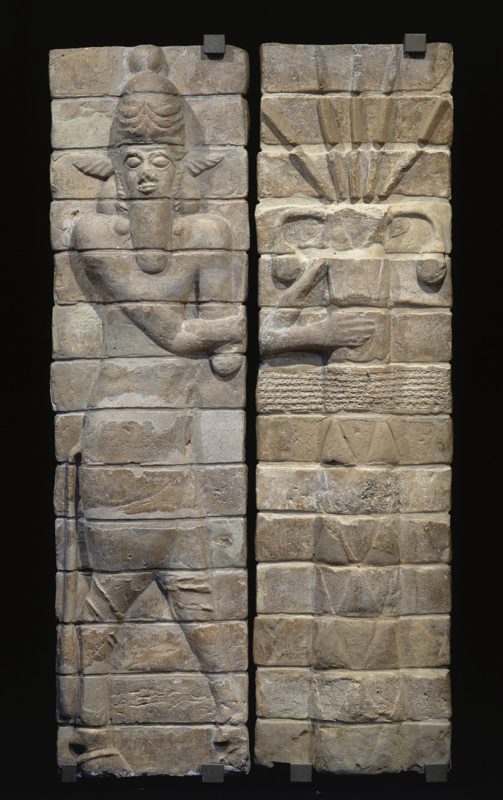 Deux panneaux verticaux composés de briques en argile cuite disposées les unes sur les autres