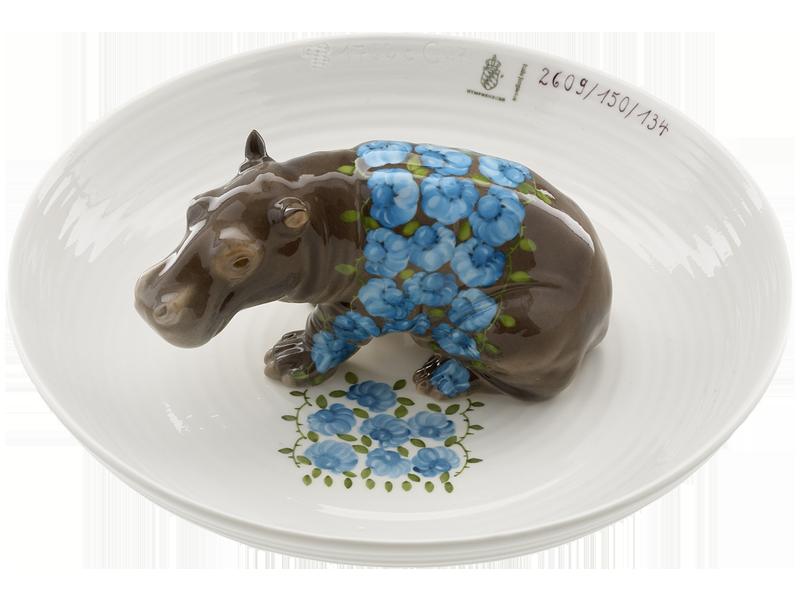 Hella Jongerius (production : manufacture de Nymphenburg), Bowl with hippopotamus, céramique peinte à la main © Porzellan Manufaktur Nymphenburg